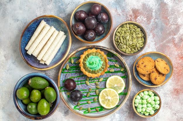 Bovenaanzicht charmante lekkere snack met koekjes rijpe pruimen feykhoas sweeties