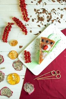 Bovenaanzicht cheesecake met rode aalbessen
