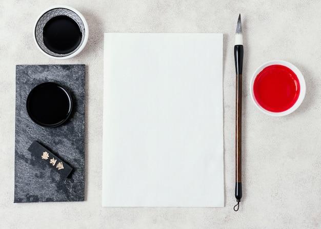 Bovenaanzicht chinese inkt met leeg kaartassortiment