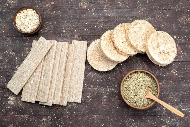 Bovenaanzicht chips en crackers lang en rond gevormd op hout