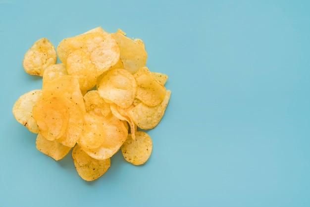 Bovenaanzicht chips met kopie-ruimte
