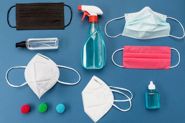 Bovenaanzicht chirurgische maskers en ontsmettingsmiddel