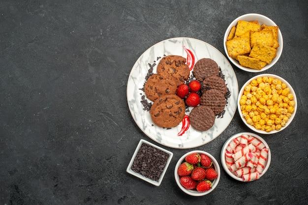 Bovenaanzicht choco koekjes met snacks
