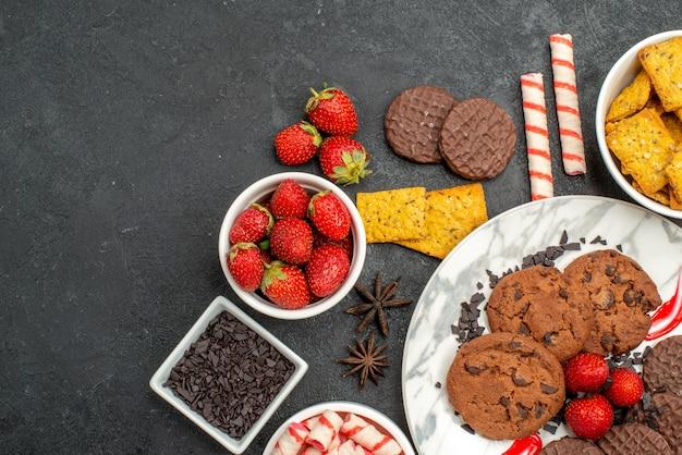 Bovenaanzicht choco koekjes met snoep en fruit