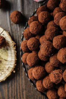 Bovenaanzicht chocolaatjes in cacao op een bord