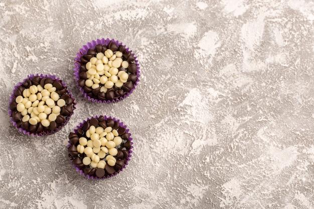Bovenaanzicht chocolade brownies heerlijk op het witte bureau cake koekje zoet bakken