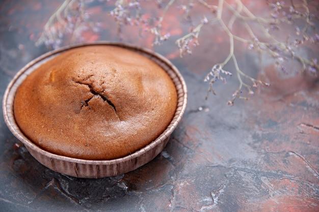 Bovenaanzicht chocolade cupcake een smakelijke chocolade cupcake en boomtakken