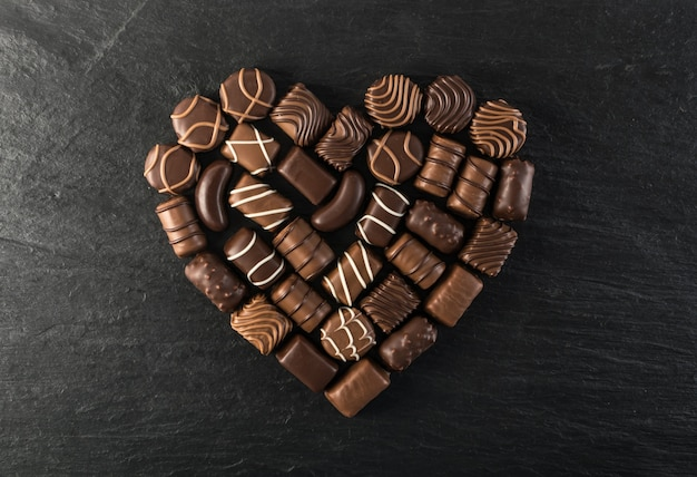 Bovenaanzicht chocolade hartvorm op zwarte stenen achtergrond