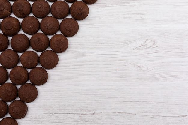 Bovenaanzicht chocolade koekjes op donkere ondergrond
