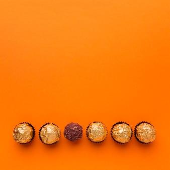 Bovenaanzicht chocolade pralines met kopie ruimte