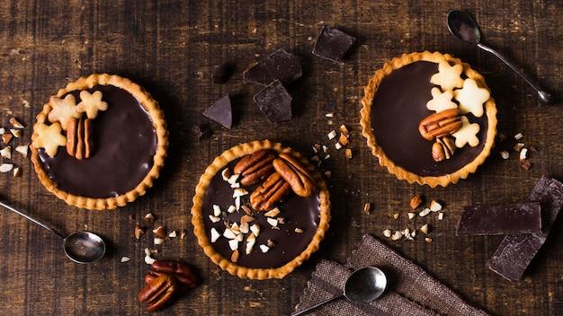 Bovenaanzicht chocolade taarten klaar om te worden geserveerd