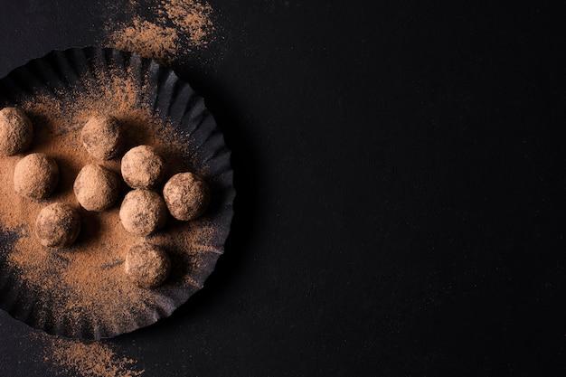 Bovenaanzicht chocolade truffels met kopie ruimte