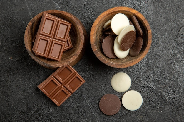 Bovenaanzicht chocoladechocolade in de bruine kommen op de donkere tafel