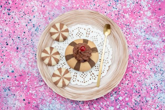 Bovenaanzicht chocoladekoekjes binnen plaat op het gekleurde bureau koekjeskoekje suiker zoete kleur