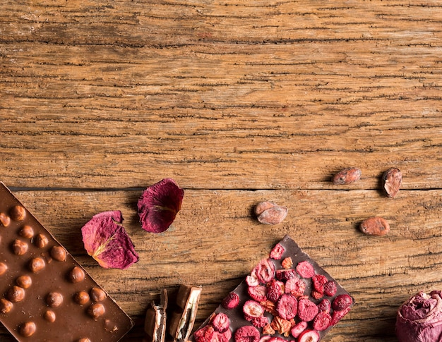 Bovenaanzicht chocoladereep en snoepjes met kopie-ruimte