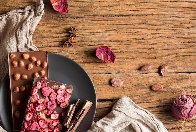 Bovenaanzicht chocoladerepen met pinda's en gedroogde vruchten