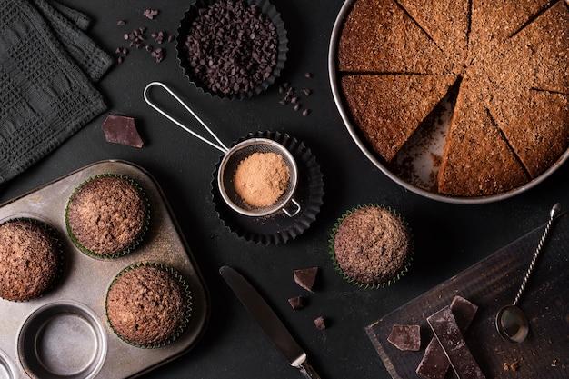 Bovenaanzicht chocoladetaart klaar om te worden geserveerd