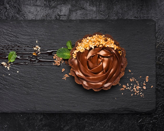 Bovenaanzicht chocoladetaart op leisteen