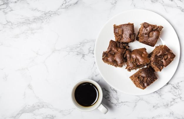 Bovenaanzicht chocoladetaart op marmeren tafel