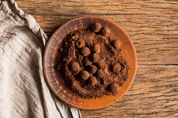 Bovenaanzicht chocoladetruffels in cacaopoeder