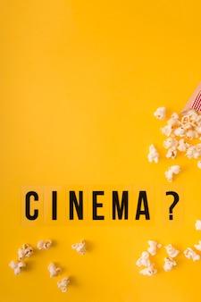 Bovenaanzicht cinema belettering op gele achtergrond met kopie ruimte