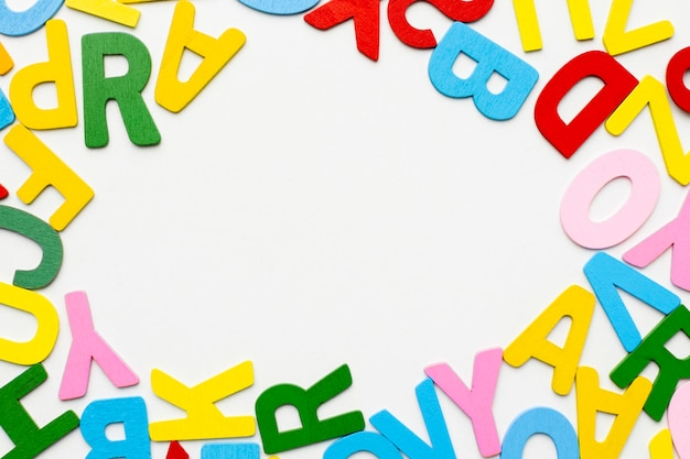 Bovenaanzicht circulaire frame met kleurrijke letters