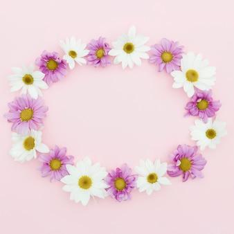 Bovenaanzicht circulaire frame op roze achtergrond