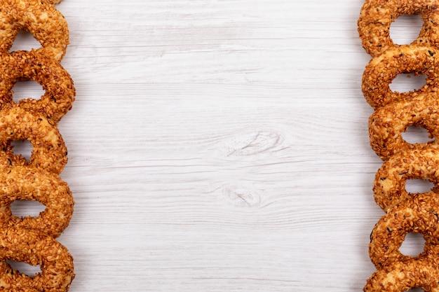 Bovenaanzicht cirkel cookies op witte ondergrond