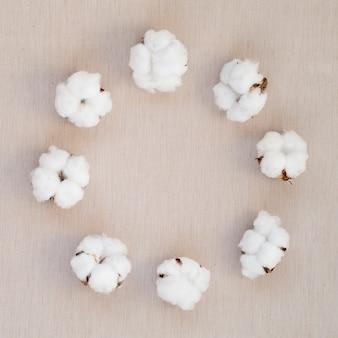 Bovenaanzicht cirkelvormig frame met katoenen bloemen