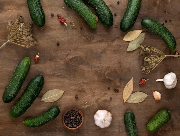 Bovenaanzicht cirkelvormig frame met komkommers