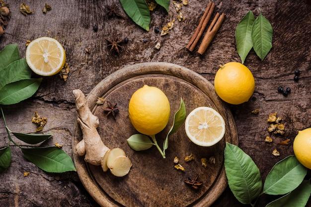 Bovenaanzicht citroen en gember op snijplank