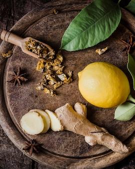Bovenaanzicht citroen en gember plakjes op snijplank