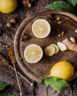 Bovenaanzicht citroen en gember plakjes