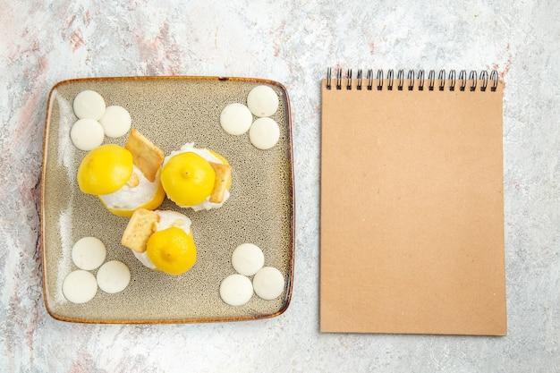 Bovenaanzicht citroencocktails met witte snoepjes op witte tafel, drink cocktail vruchtensap