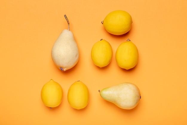 Bovenaanzicht citroenen en peren arrangement