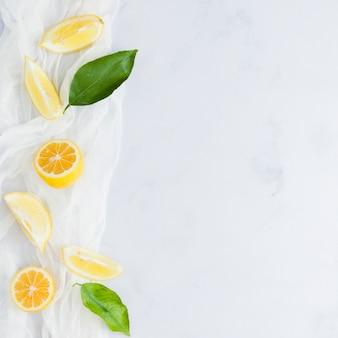 Bovenaanzicht citroenen met bladeren