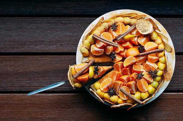 Bovenaanzicht citrus cake met specerijen kleurrijke hele ronde