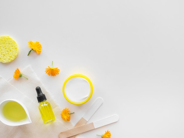 Bovenaanzicht citrus huidverzorgingsproducten