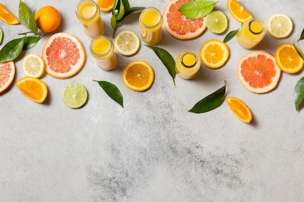 Bovenaanzicht citrus plakjes met sappen