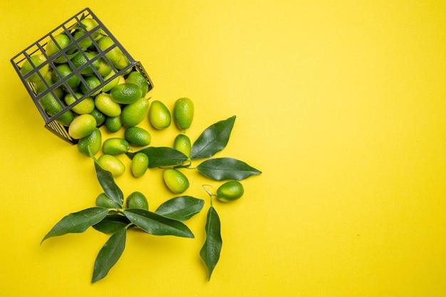 Bovenaanzicht citrusvruchtenmand van de smakelijke citrusvruchten met bladeren