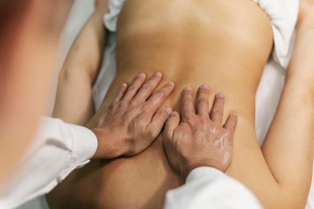 Bovenaanzicht cliënt bij massagesessie