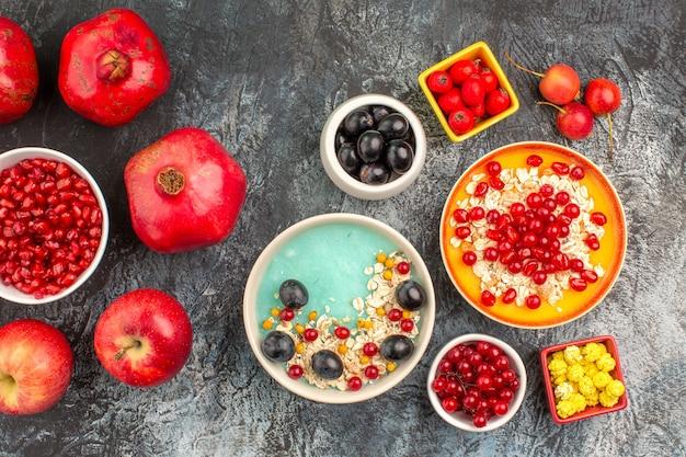 Bovenaanzicht close-up bessen kleurrijke bessen havermout appels granaatappels