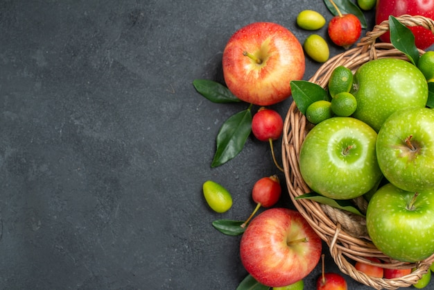 Bovenaanzicht close-up fruit rode appels kersen citrusvruchten rond de mand