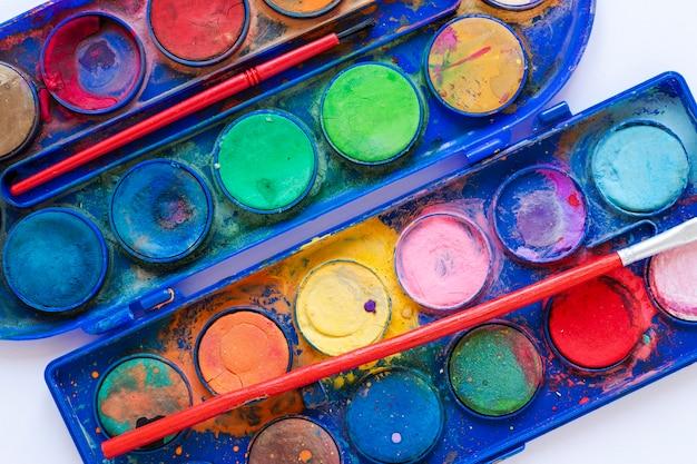 Bovenaanzicht close-up kleurenpalet in blauwe doos