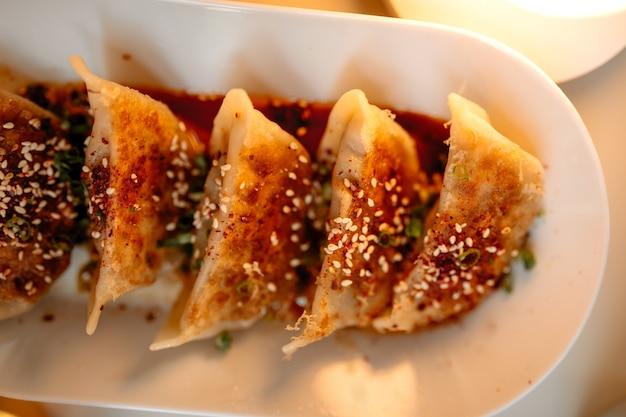 Bovenaanzicht close-up op japanse gedza-dumplings met saus