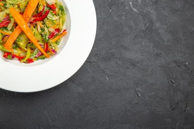 Bovenaanzicht close-up salade een smakelijke salade met wortelen paprika