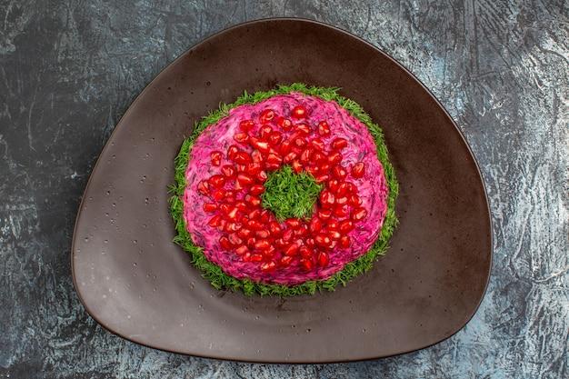 Bovenaanzicht close-up schotel een smakelijk gerecht met kruiden granaatappel zaden