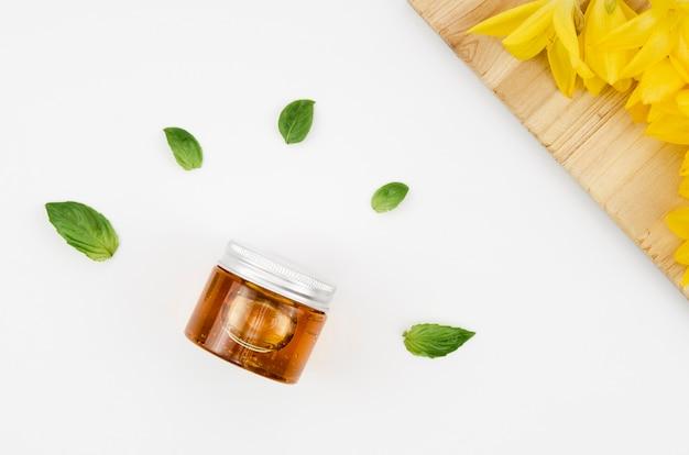 Bovenaanzicht close-up shot pot honing met bloemen en bladeren