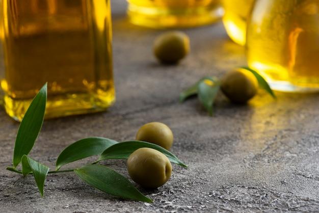 Bovenaanzicht close-up van kleine groene olijven