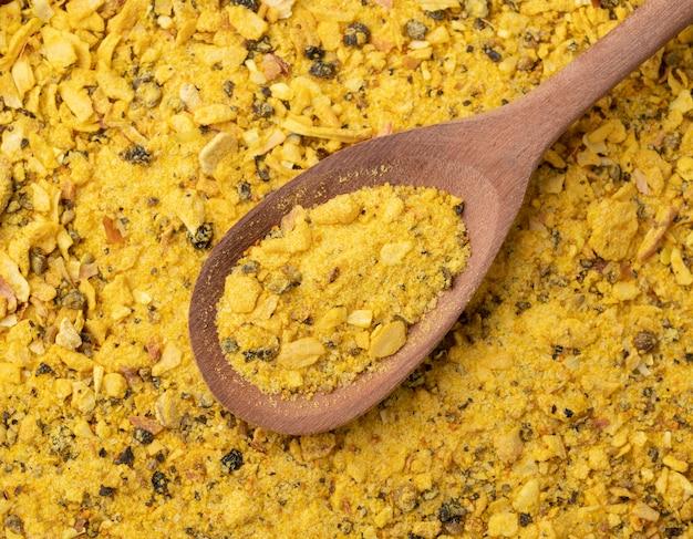 Bovenaanzicht, close-up van lemom peper kruiden op een houten lepel. voedsel achtergrond.